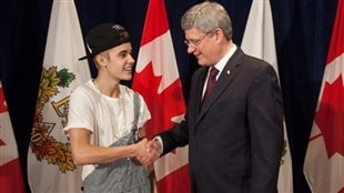 Justin Bieber reoit la Mdaille du jubil de diamant de Stephen Harper