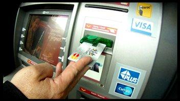 Une carte de crédit qui fonctionne avec n'importe quel numéro d'identification personnel, croyez-vous que c'est possible? Oui, nous répond une équipe de LA FACTURE qui nous en fait la démonstration. D'un guichet automatique à un autre, notre journaliste réussit à retirer de l'argent de plusieurs banques situées au centre-ville de Montréal en composant de faux NIP.