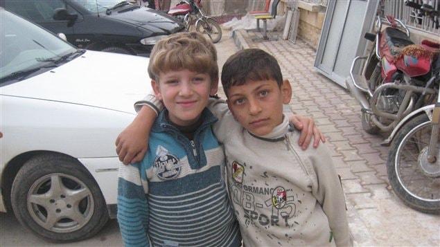 Des enfants dans un camp de réfugiés syriens tout près de la frontière avec la Turquie