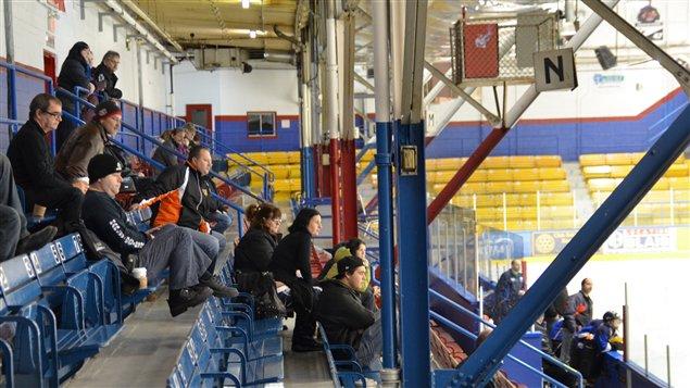 Des spectateurs dans les gradins lors d'un match de hockey