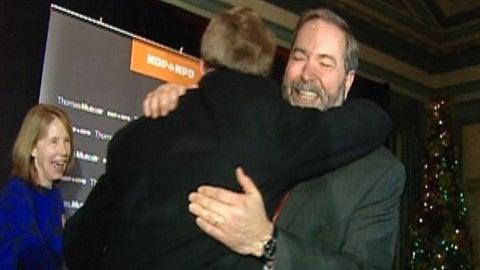 Le chef néo-démocrate Thomas Mulcair félicite son candidat Murray Rankin pour sa victoire dans Victoria.