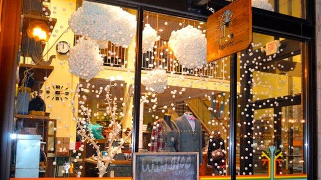 Des nuages dans la vitrine de la boutique Tigertree à Columbus, aux États-Unis