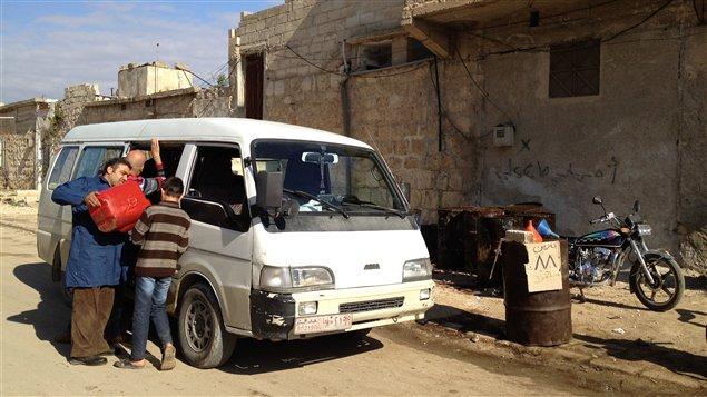 Il nous a souvent fallu faire le plein pour parcourir toutes les petites routes de campagne sous le contrôle de l'Armée syrienne libre.
