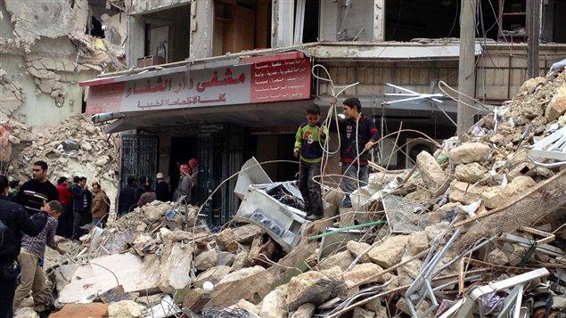 L'entrée de l'hôpital entourée des débris après le dernier bombardement