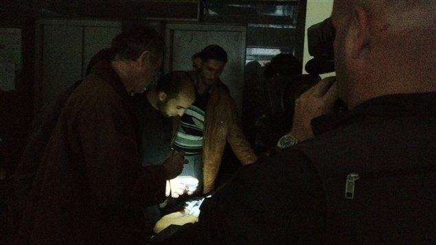 On soignait à la torche électrique à l'hôpital Dar al-Chifa.
