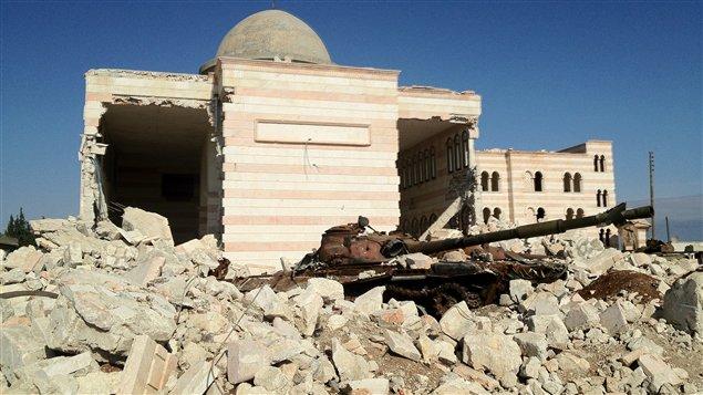 Un tank abandonné pour les forces de Bachar Al-Assad à Azaz