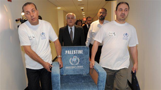 La délégation palestinienne à l'ONU apporte symboliquement un siège à leur rencontre avec le président de l'Assemblée générale de l'ONU.