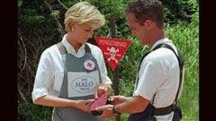 En 1997, la princesse Diana d�clenche un d�tonateur servant � faire exploser des mines antipersonnel localis�es. | �AFP/Giovanni Diffidenti