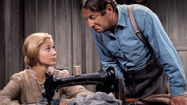 Donalda Laloge (Andrée Champagne) et Séraphin Poudrier (Jean-Pierre Masson), deux personnages de l'adaptation télévisuelle du roman Un homme et son péché de Claude-Henri Grignon.