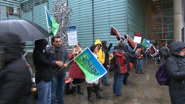 Les employés en grève à la Grande bibliothèque, lors de leur dernière manifestation