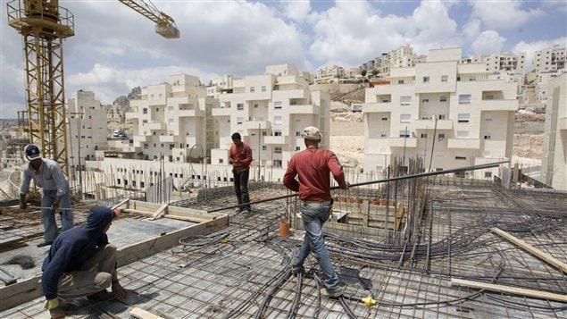 Des travailleurs construisent un complexe d'habitation à Jérusalem-Est.