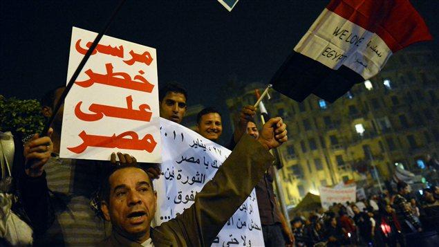 Des opposants au président manifestent au Caire. Il est écrit sur la pancarte : «Morsi est un danger pour l'Égypte». (archives)
