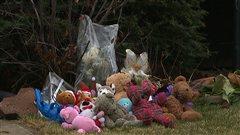 Fleurs et peluches ont été déposés devant les lieux du drame, à la mémoire des victimes