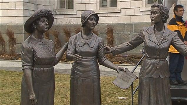 Le monument rend hommage à la contribution des femmes en politique.