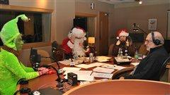 Grincheux, le père Noël et la mère Noël viennent voir René avant d'allerà la rencontre des auditeurs
