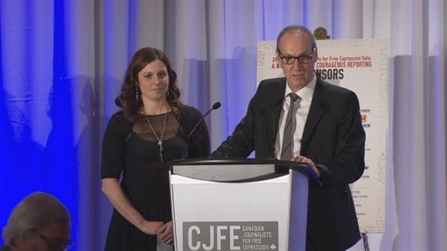 Les journalistes Marie-Maude Denis et Alain Gravel lors de la remise du prix Tara Singh Hayer
