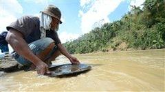 Un mineur philippin illégal dans une rivière de la zone touchée par le typhon Bopha