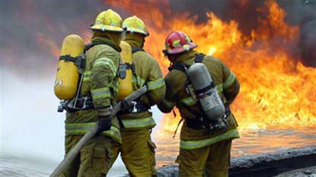 Des pompiers éteignent un incendie (archives)