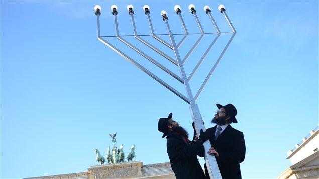 Des rabbins érigent une menorah, un chandelier qui représente un emblème biblique.