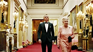 Sa Majest Elizaberth II et James Bond