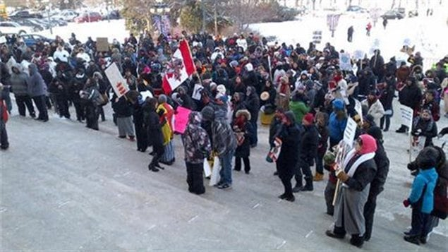 Manifestation devant le palais l�gislatif du Manitoba contre le projet de loi f�d�rale omnibus C-45, le 10 d�cembre 2012. - Photo : Louis-Philippe Leblanc