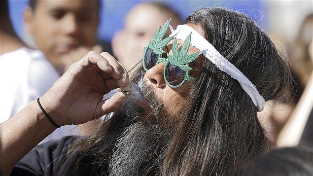 Un Hawaïen participe à une célébration en faveur de la légalisation de la marijuana médicinale en avril 2012 à Denver, au Colorado.