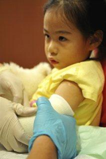 Une enfant autochtone reçoit des soins de santé.