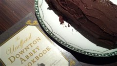 La b�che de No�l cuisin�e par St�phane Leclair selon une recette du <i>The unofficial Downton Abbey cookbook</i>