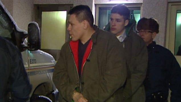 Ashton Lavallee (gauche) et Ronald Zerr (centre) quittent la cour après le premier jour de délibérations.