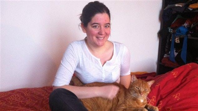 Julie, une jeune Parisienne qui a de la difficulté à joindre les deux bouts