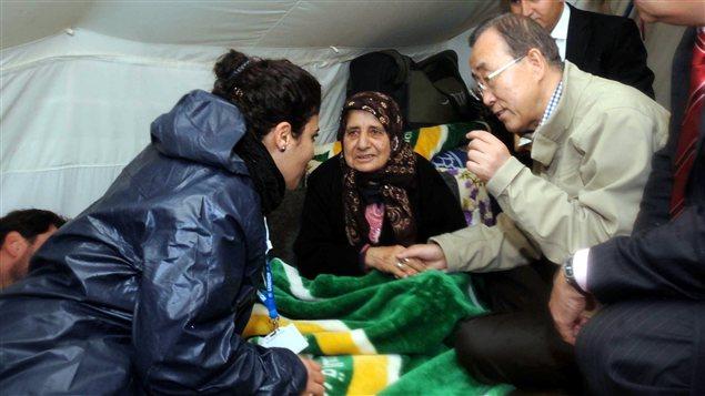 Le secrétaire-général de l'ONU, Ban Ki-moon, visite un camp de réfugiés syriens dans le sud-est de la Turquie