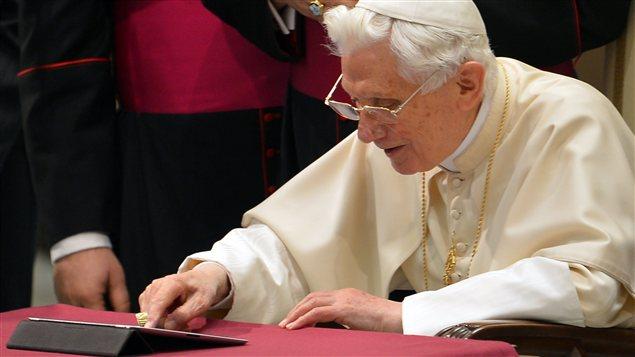 Le pape Benoît XVI envoie son premier tweet, le 12 décembre 2012.