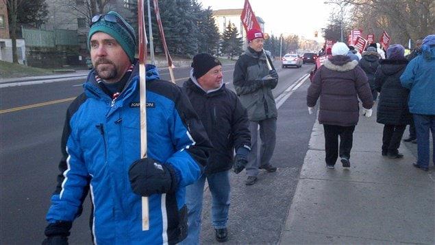 Piquet de grève d'enseignants du primaire à Aurora, jeudi.
