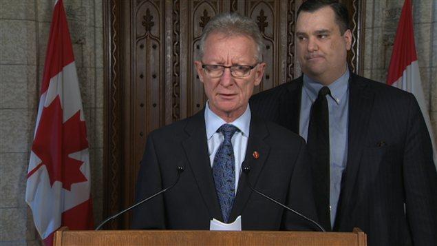 Le sénateur Pierre-Hugues Boisvenu et le ministre du Patrimoine James Moore.