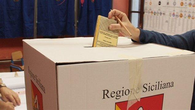 Une Italienne vote aux élections régionales de Scicile.