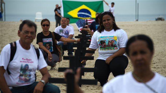Des membres de Rio of Peace, une association brésilienne, rendent hommage aux victimes de la fusillade de Newton, au Connecticut sur la place de Copacabana à Rio de Janeiro.