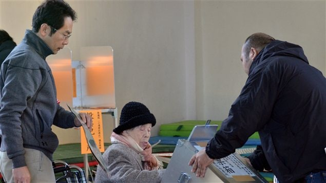 Une électrice âgée vote à Tokyo