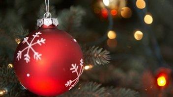 Une boule rouge dans un sapin de Noël