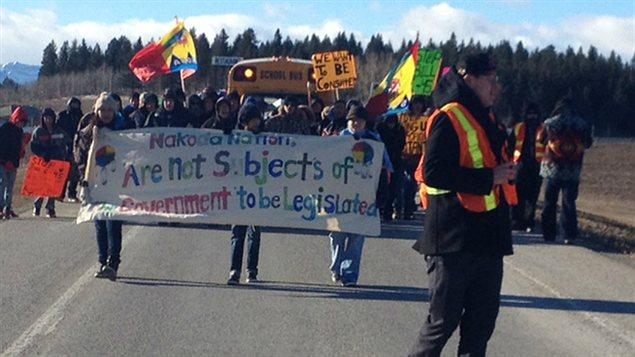 Des manifestants de la Première Nation Stoney Nakoda