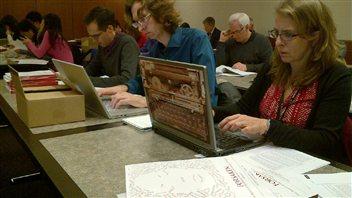 Journalistes épluchent le rapport de la commission Oppal.