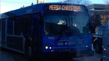 Un autobus de Saskatoon affiche «Joyeux Noël»