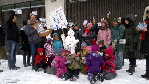 Des parents et élèves de l'école Saint-Gérard, contaminée par des moisissures, réclament une nouvelle école.
