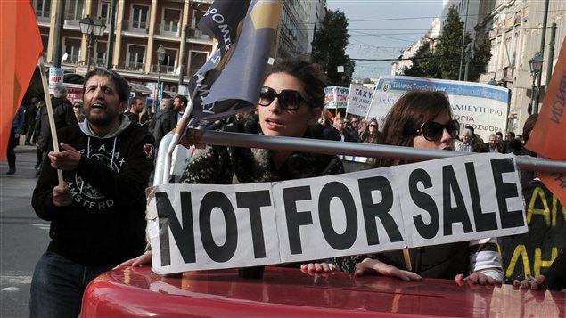 À Athènes, des employés protestent contre le projet de privatisation de leur banque (17 décembre 2012)