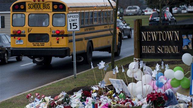 Un mémorial improvisé à la mémoire des victimes de l'école Sandy Hook à Newtown.