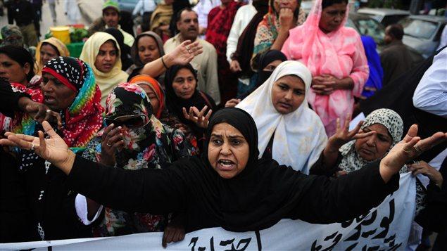 Ces images illustrent l'indignation des travailleurs humanitaires qui dénoncent le meurtre de leurs collègues alors qu'ils administraient des doses de vaccins contre la polio au Pakistan. Dans ce pays, la réticence de la population à l'égard de ce vaccin ne tarit pas, malgré les campagnes de sensibilisation.