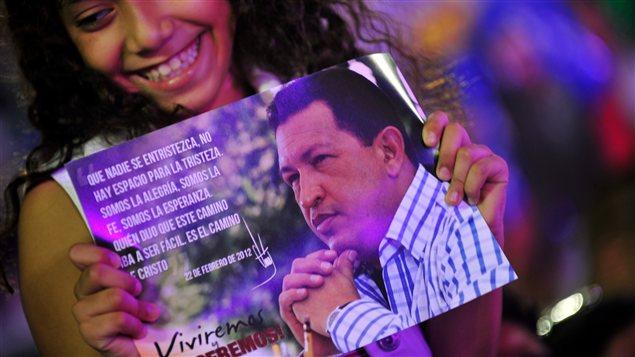 Une jeune fille tient une affiche à l'effigie de Hugo Chavez durant un concert donné en son honneur le 17 décembre 2012 à Managua.