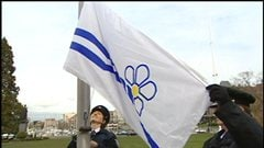 Le lever du drapeau franco-colombien devant l'Assembl�e l�gislative de Victoria est l'un des plus beaux souvenirs que garde Christine Sotteau.