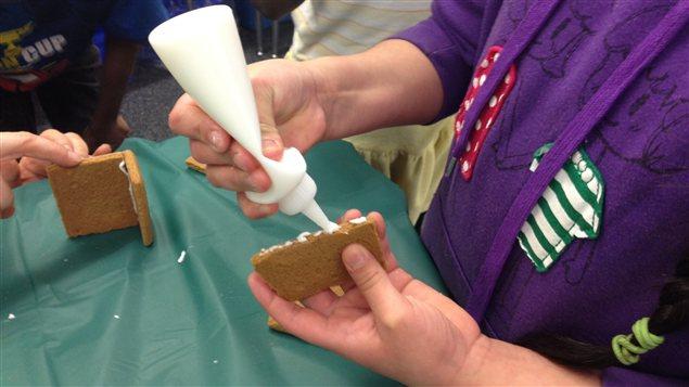 Des élèves de l'École À la Découverte font du bricolage pour le temps des fêtes.