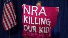 Un manifestant hostile à la NRA a interrompu brièvement un point de presse du lobby pro-armes