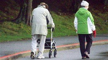 Des aînés dans le parc Stanley à Vancouver